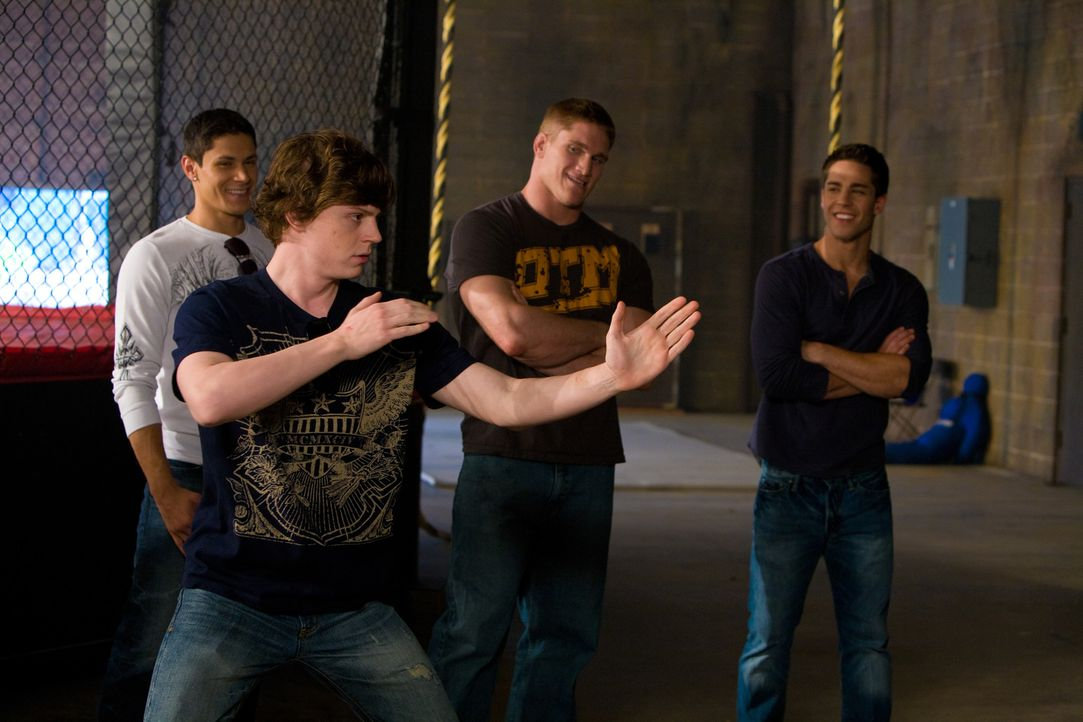 Der College-Student Max Cooperman (Evan Peters, vorne) organisiert ein Turnier für Mixed Martial Arts - dem Sieger winken 10.000 Dollar. Vier junge... - Bildquelle: Alicia Gbur 2011 Sony Pictures Worldwide Acquisitions Inc. All Rights Reserved.