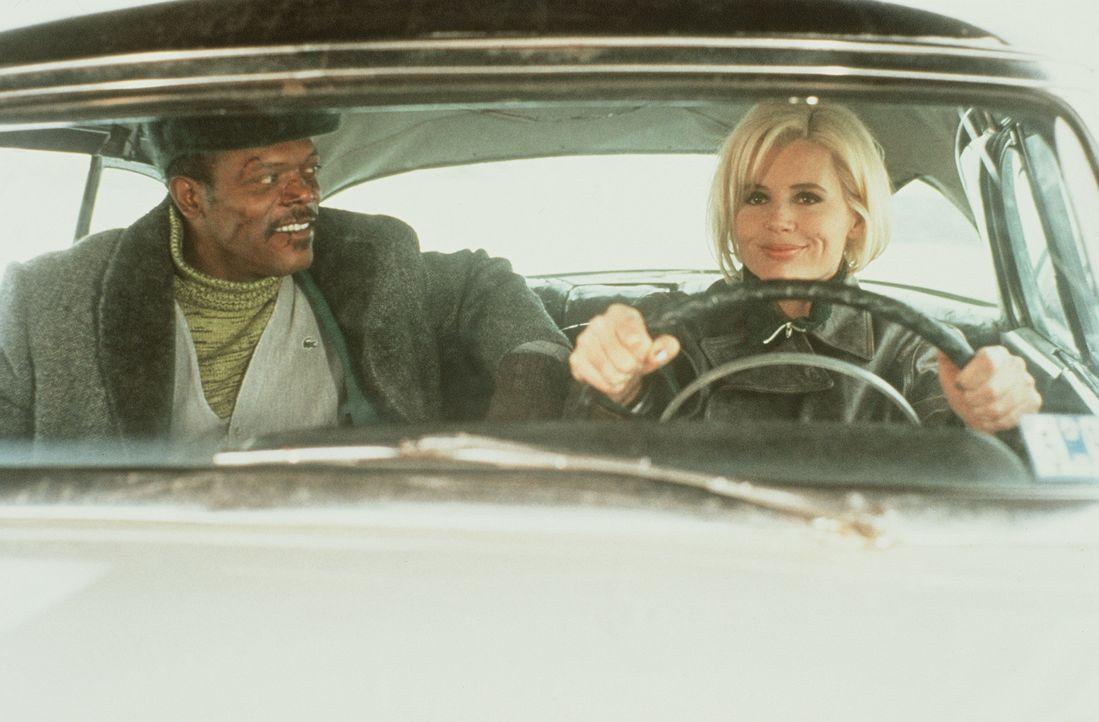 Die schöne Charly (Geena Davis, r.) und der abgehalfterte Privatdetektiv Mitch (Samuel L. Jackson, l.) ahnen nicht, dass sie mit ihren Nachforschung... - Bildquelle: New Line Cinema