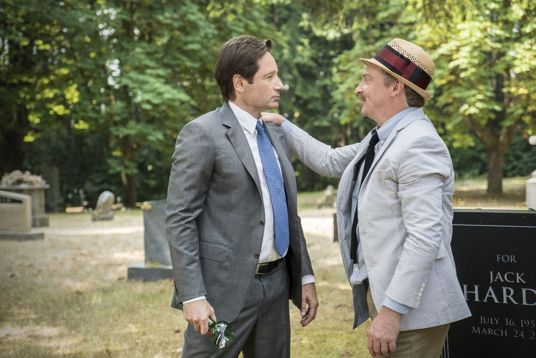 Bei seinen Ermittlungen in einem Mordfall trifft Mulder (David Duchovy, l.) auf den seltsamen Guy Man (Rhys Darby, r.). Ist dieser wirklich ein Mens... - Bildquelle: 2016 Fox and its related entities.  All rights reserved.