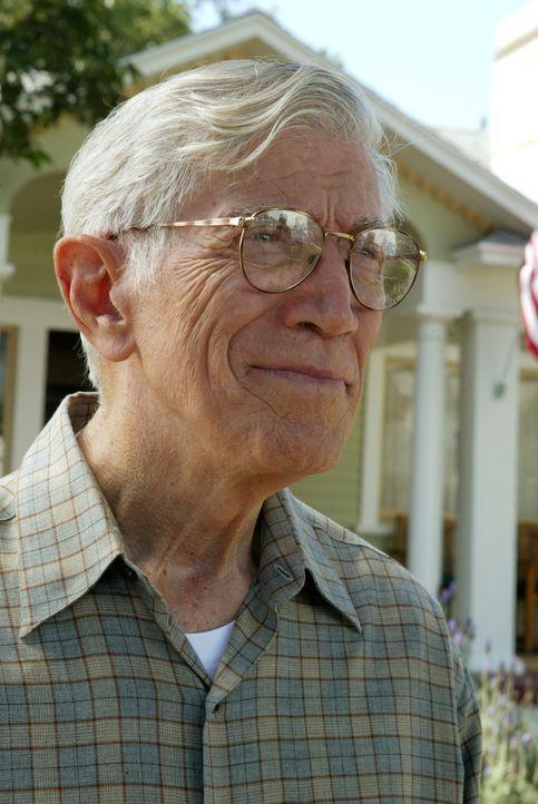 Ist Nelson (Joseph Campanella) wirklich so ein liebenswerter alter Mann, wie er anfangs zu sein scheint? - Bildquelle: Warner Bros. Television