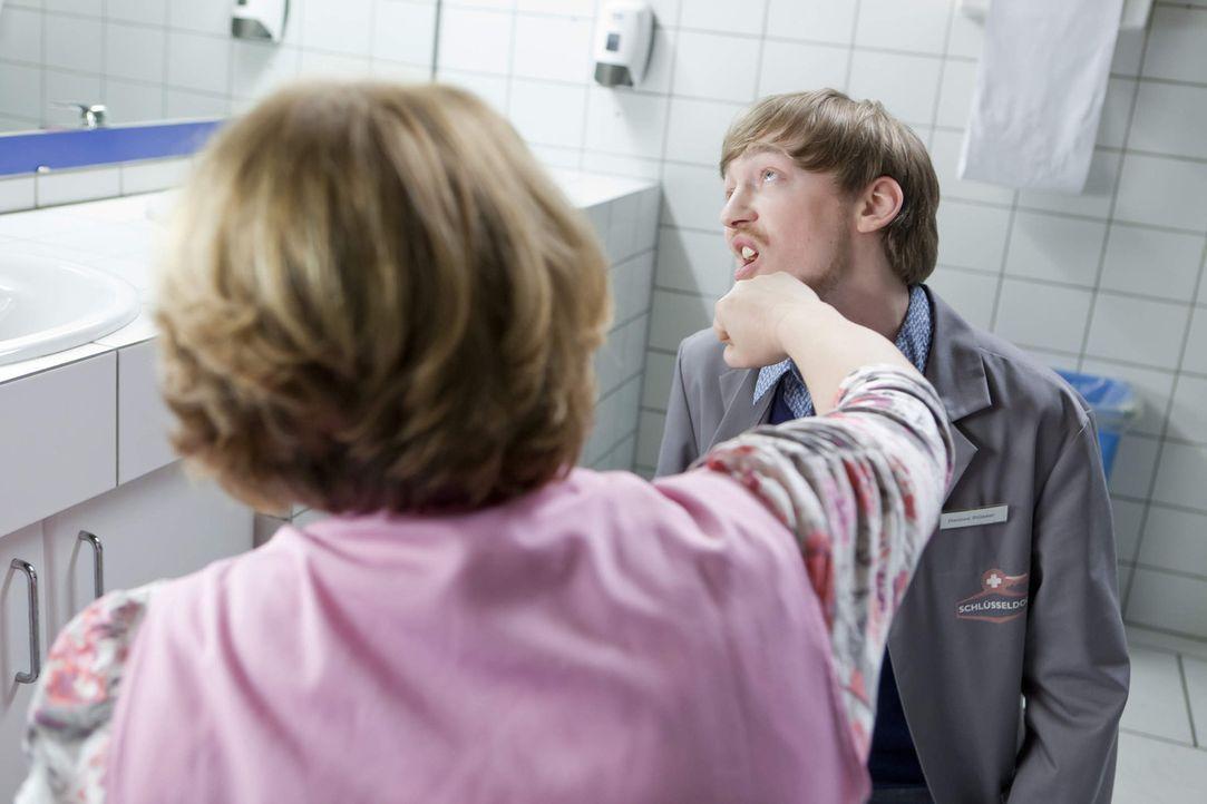 Der Rettungsversuch von Nils lässt Toilettenfrau Katja Kabanova (Jana Lissovskaia, l.) handgreiflich werden, was Hannes (Tino Mewes, r.) zu spüren... - Bildquelle: SAT.1