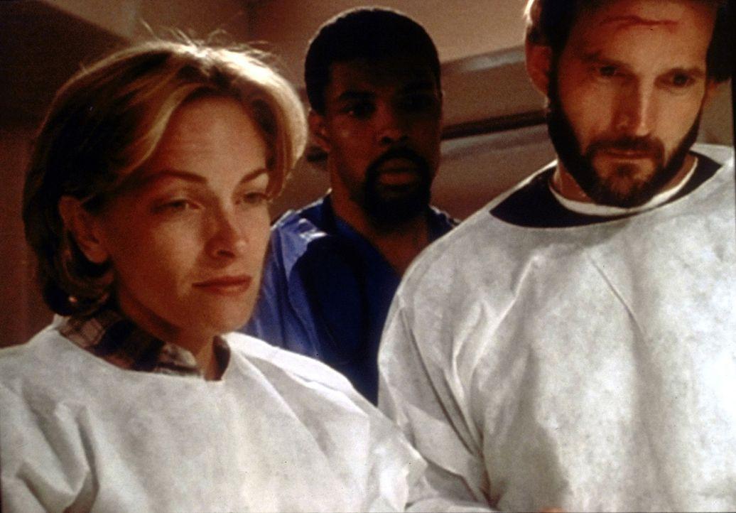 Dr. Benton (Eric LaSalle, M.) wagt es kaum, sich den Eltern (Cecil Hoffman, l. und Dwier Brown, r.) des Babys zu nähern ... - Bildquelle: TM+  WARNER BROS.