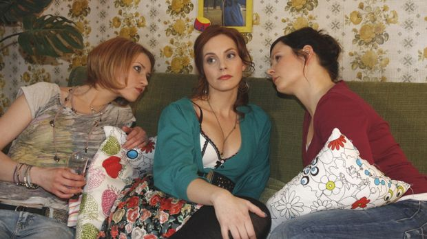 Manu (Marie Zielcke, M.) leugnet bei Jana (Ronja Peters, l.) und Eva (Anett H...