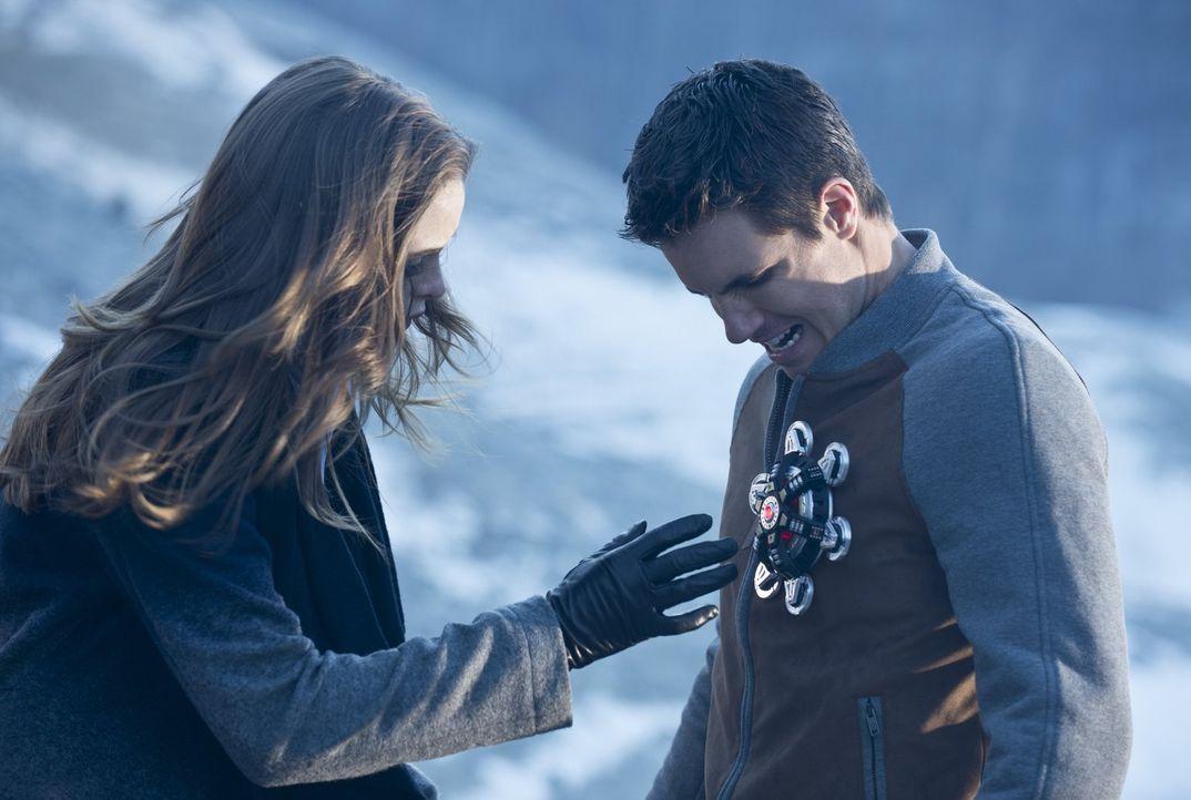 Caitlin (Danielle Panabaker, l.) ahnte bereits, dass Ronnie (Robbie Amell, r.) nicht wirklich er selbst ist, doch wie schlimm es wirklich ist, damit... - Bildquelle: Warner Brothers.