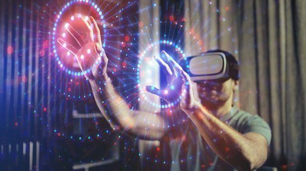 Ein Mann trägt eine VR-Brille und eine neue Dimension wird sichtbar