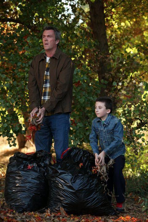 Anstatt das eingesammelte Laub zu entsorgen, will Brick (Atticus Shaffer, r.) die Blätter zurück in den Wald bringen und Mike (Neil Flynn, l.) soll... - Bildquelle: Warner Brothers