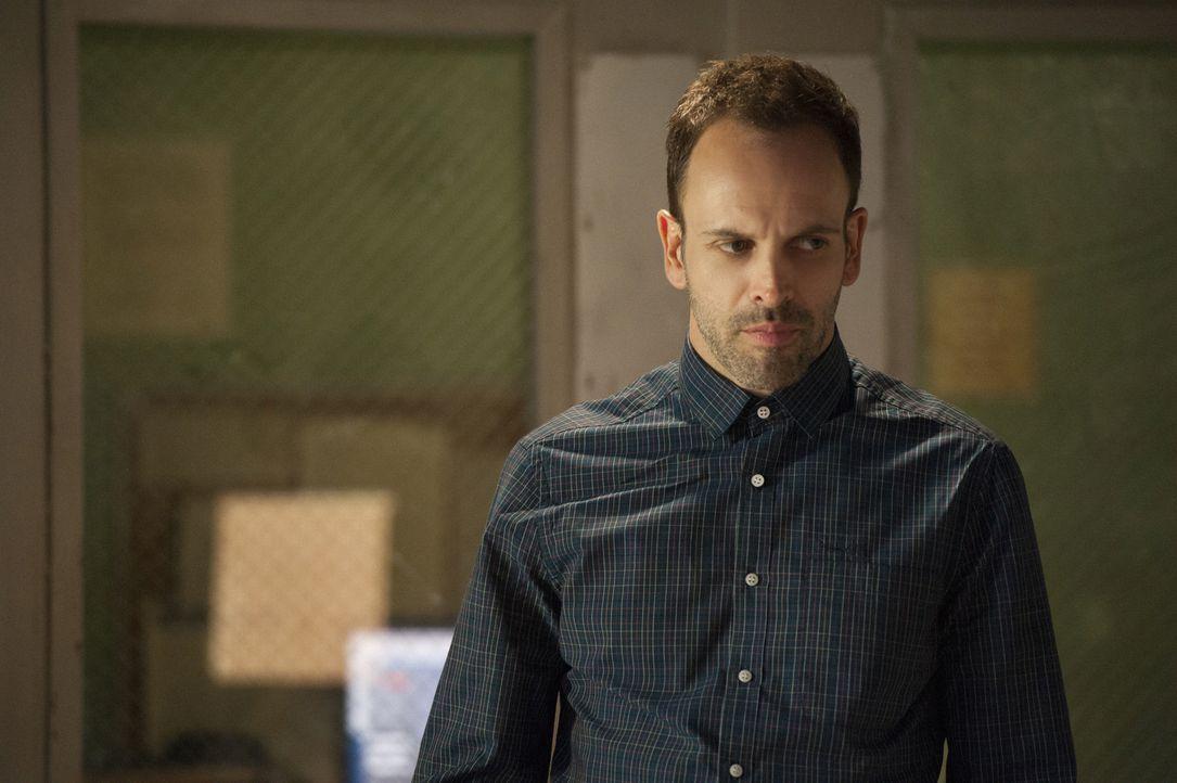 Muss die Wahrheit akzeptieren, dass Irene selbst Moriarty ist: Sherlock Holmes (Jonny Lee Miller) ... - Bildquelle: CBS Television