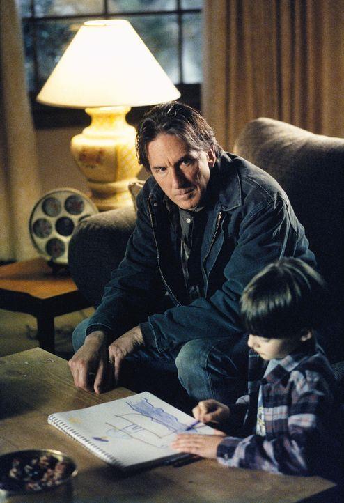 Jeffrey Conlon (Scott Paulin, l.) kümmert sich seit dem Selbstmord seiner Frau um seinen Sohn Tommy (Gavin Fink). Doch der Polizei ist er ein Dorn i... - Bildquelle: TM +   Twentieth Century Fox Film Corporation. All Rights Reserved.