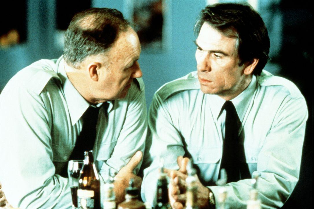 Sergeant Johnny Gallagher (Gene Hackman, l.) will herausfinden, auf welcher Seite Thomas Boyette (Tommy Lee Jones, r.) steht ... - Bildquelle: Orion Pictures Corporation