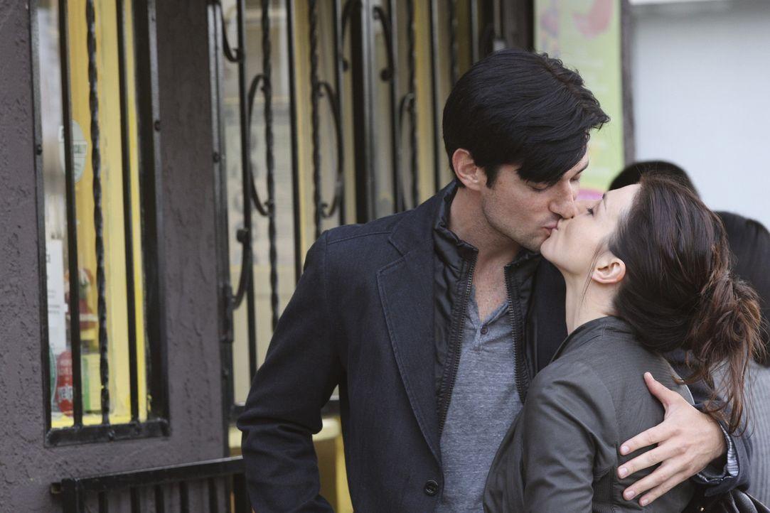 Amelias (Caterina Scorsone, r.) Drogensucht gerät weiter außer Kontrolle, nachdem sie die Arbeit wegen ihrem neuen Freund (Wes Brown, l.) schwänz... - Bildquelle: ABC Studios