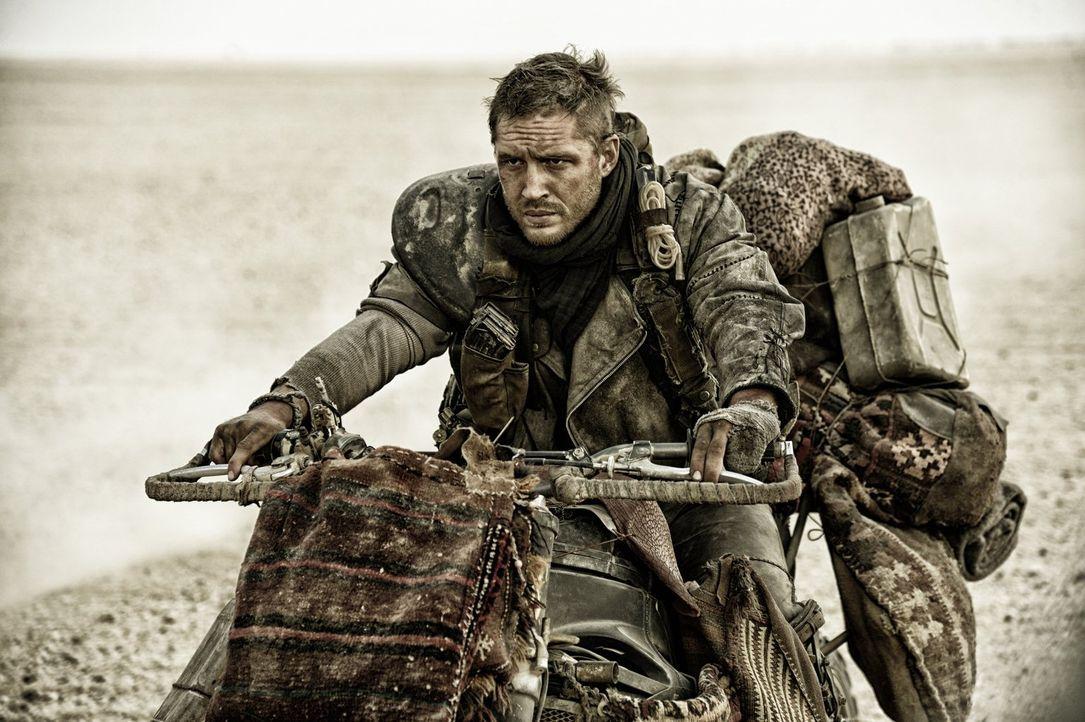 Nach Jahren des Herumirrens im Ödland wird der Einzelgänger Max (Tom Hardy) von einer Armee Warboys gefangengenommen und soll als lebender Blutbeute... - Bildquelle: 2015 Warner Bros.