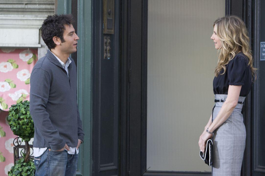 Um ein Date mit der hübschen Ärztin Stella (Sarah Chalke, r.) zu bekommen, lässt sich Ted (Josh Radnor, l.) einiges einfallen ... - Bildquelle: 20th Century Fox International Television