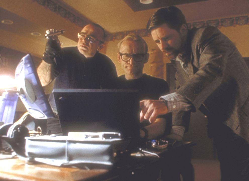 """Frohike (Tom Braidwood, l.), Langley (Dean Haglund, M.) und Byers (Bruce Harwood, r.) vom """"Einsamen Schützen"""" wollen bei einer Messe für Militärtech... - Bildquelle: TM +   2000 Twentieth Century Fox Film Corporation. All Rights Reserved."""