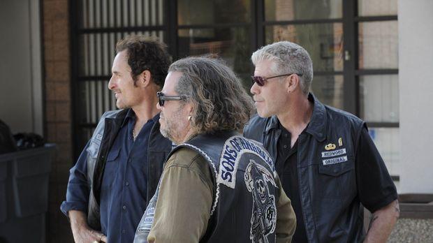 Sons of Anarchy - Deputy Chief David Hale macht Bobby (Mark Boone Junior, M.)...