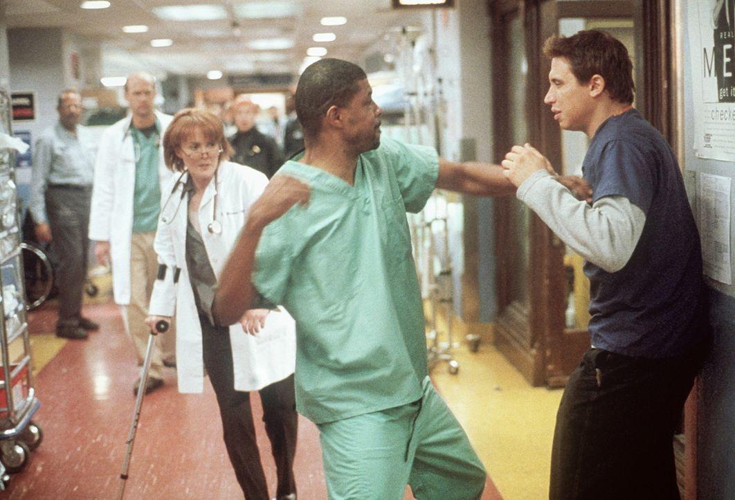 Benton (Eriq LaSalle, M.) gehen die Nerven durch. Malucci (Erik Palladino, r.) hatte sich abfällig über dessen Neffen geäußert, der mit einer Schuss... - Bildquelle: TM+  2000 WARNER BROS.