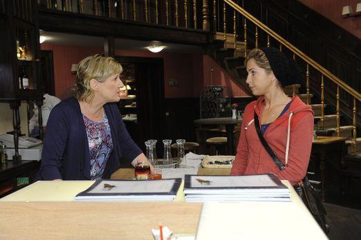 Anna und die Liebe - Susanne (Heike Jonca, l.) gibt Nina (Maria Wedig, r.) ei...