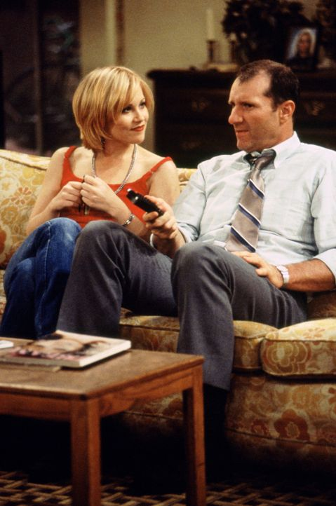 Vater-Tochter-Talk: Dumpfbacke Kelly (Christina Applegate, l.) und Papa Al Bundy (Ed O'Neill, r.) ... - Bildquelle: 1995, 1996 ELP Communications. All Rights Reserved.