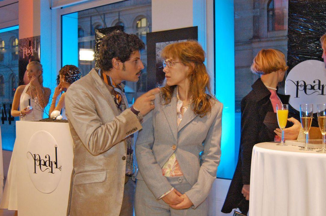 Rokko (Manuel Cortez, l.) fordert Lisa (Alexandra Neldel, r.) auf, nicht ständig über den abwesenden David zu sprechen. (Dieses Foto von Alexandra... - Bildquelle: Monika Schürle Sat.1