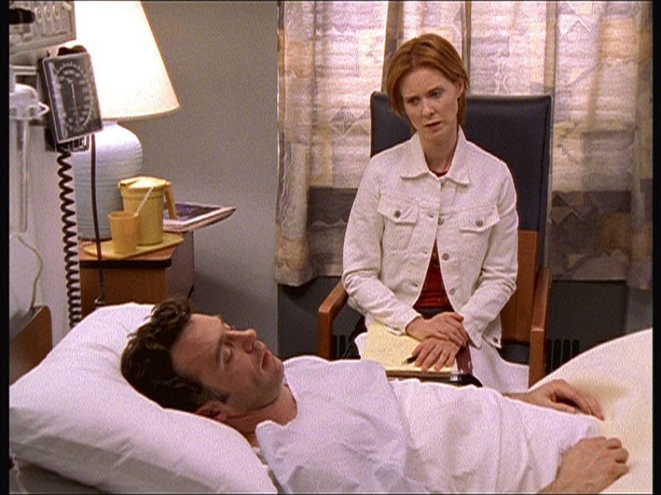 Das Schlimmste ist überstanden: Steve (David Eigenberg, l.) wird nach seiner Operation von Miranda (Cynthia Nixon, r.) getröstet. - Bildquelle: Paramount Pictures