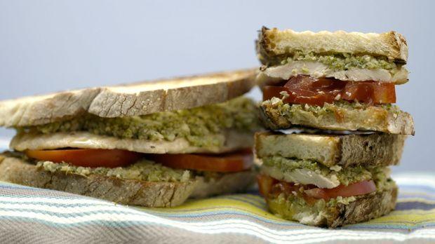 Aus gegrilltem Huhn, Tomate und einem Brokkoli-Walnuss-Pesto kreiert Giada ei...
