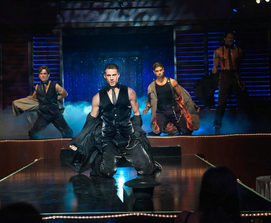 "Lässt als erfolgreicher Stripper im ""Xquisite"", dem heißesten Club der Stadt, regelmäßig die Hüllen fallen: Magic Mike (Channing Tatum, M.) ... - Bildquelle: 2012 The Estate of Redmond Barry LLC. All rights reserved"