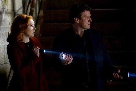 Castle (Natahn Fillion, r.) und Alexis (Molly C. Quinn, l.) tauchen in die We...