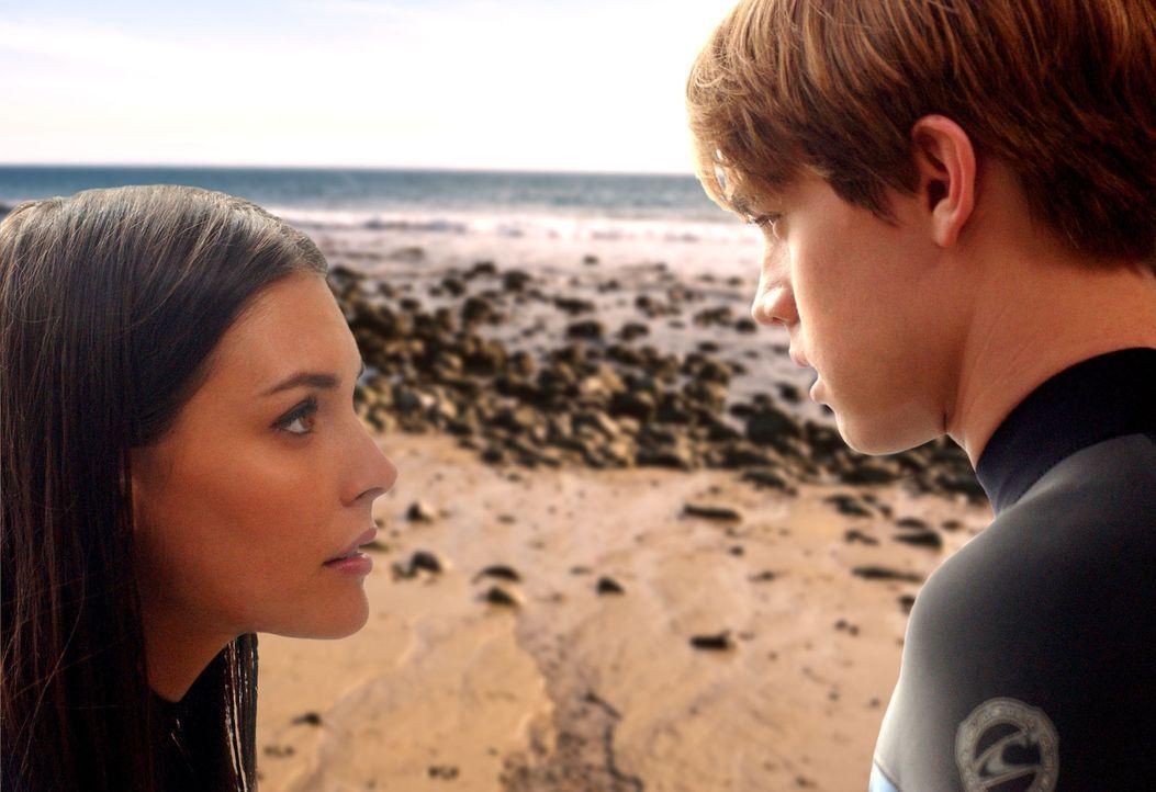 Bradin (Jesse McCartney, r.) bemüht sich Erika (Taylor Cole, l.) vor Tanner zu beschützen, der nichts weiter vor hat, als Erika zu verführen ... - Bildquelle: CBS Television