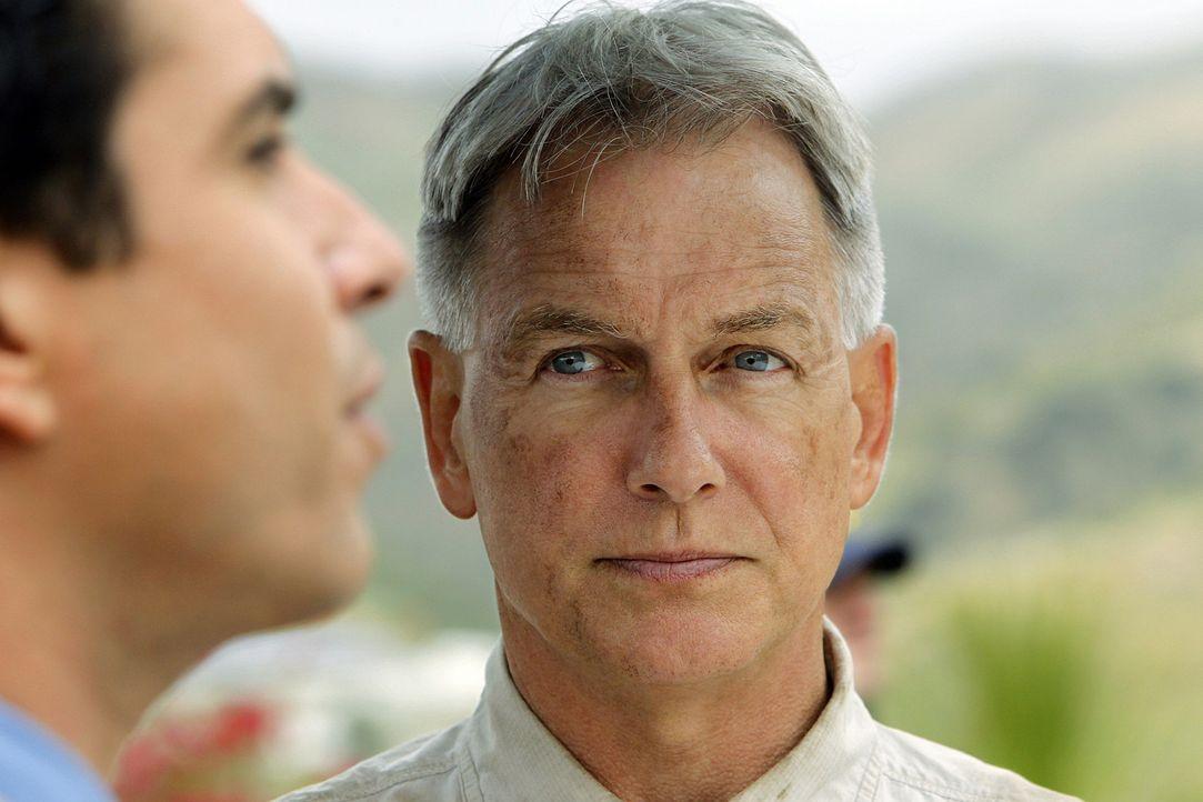 Gibbs (Mark Harmon, r.) wird erneut mit seiner Vergangenheit konfrontiert und muss sich mit Alejandro Rivera (Marco Sanchez, l.) auseinandersetzen ... - Bildquelle: CBS Television