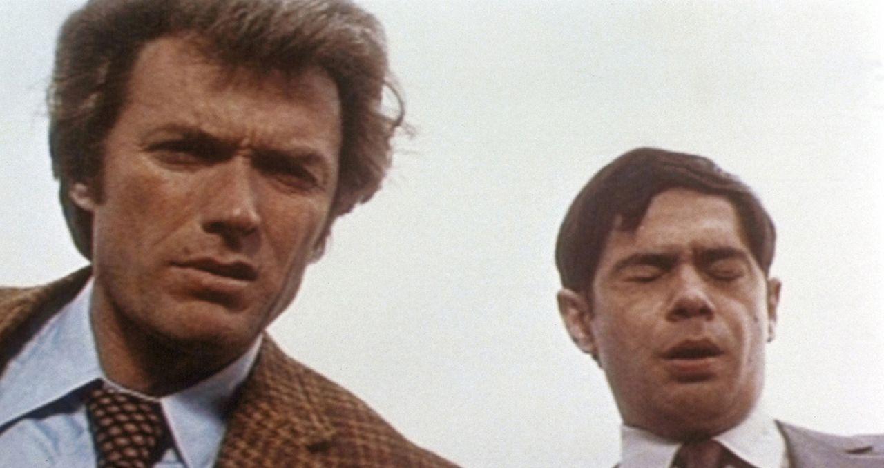 Kriminalkommissar Harry Callahan (Clint Eastwood, l.) und vor allem sein junger Partner Chico (Reni Santoni, r.) sind beim Anblick der Leiche bestü... - Bildquelle: Warner Bros.