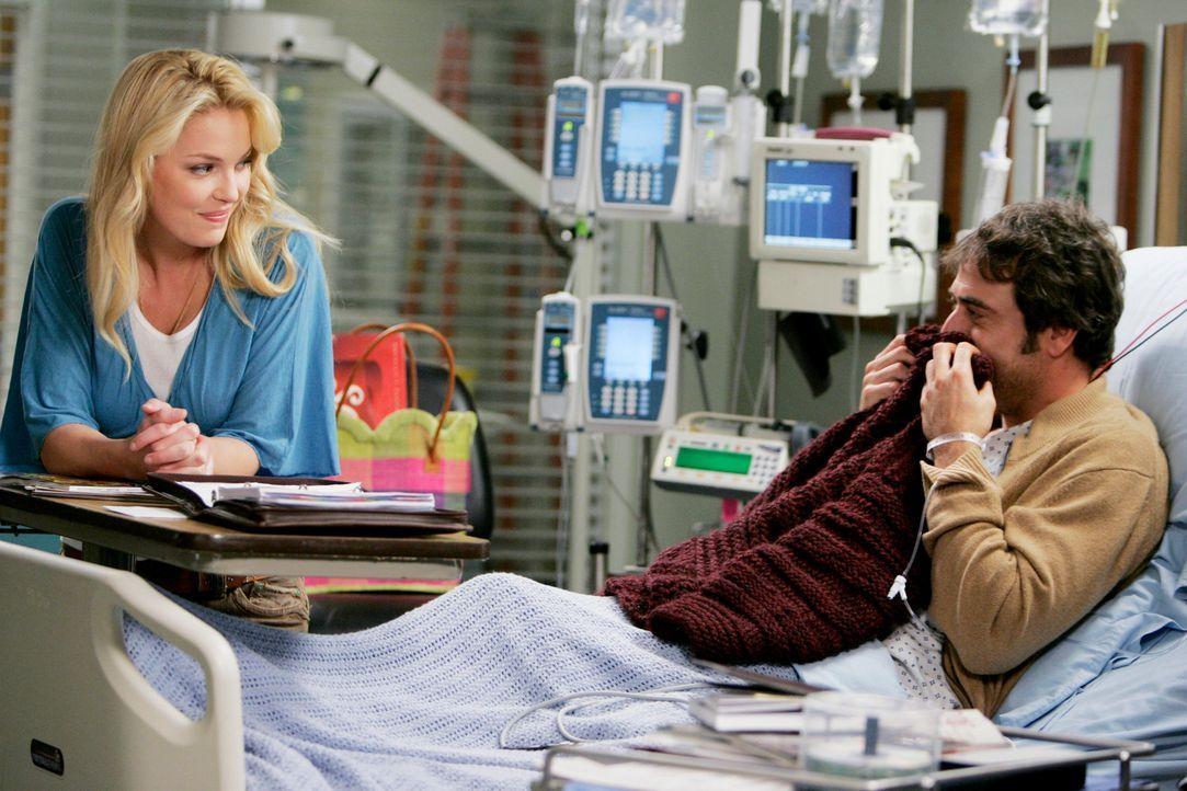 Denny (Jeffrey Dean Morgan, r.) ist begeistert über den selbstgestrickten Pullover von Izzie (Katherine Heigl, l.) ... - Bildquelle: Touchstone Television
