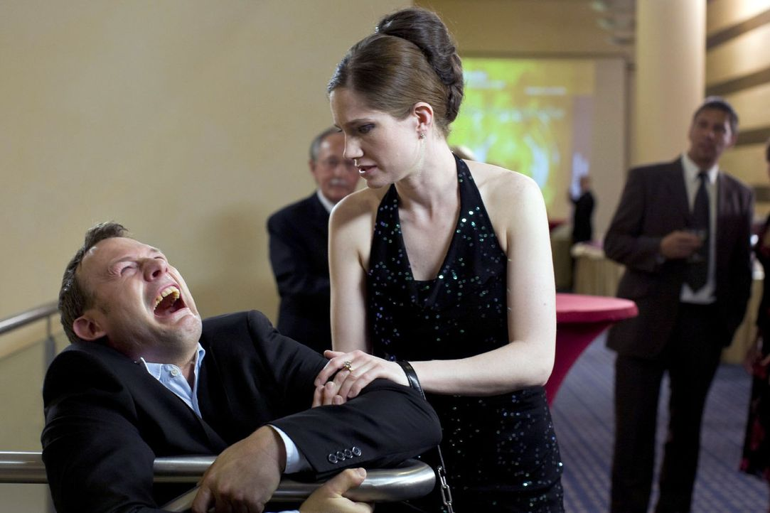 Männer und die Oper: Das ist immer ein ganz schöner Kampf! Sowohl für Sie (Emily Wood, r.), ihn (Hanno Friedrich, l.) überhaupt hin zu bekommen,... - Bildquelle: Sat.1