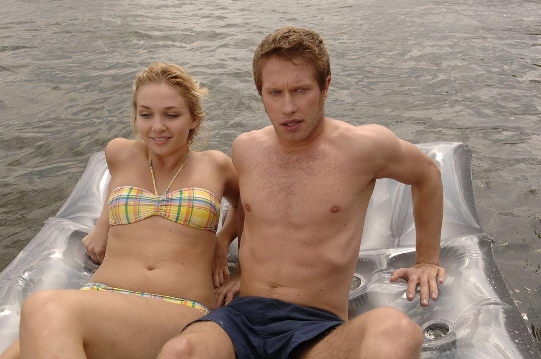 Lily (Jill Funke, l.) bringt Jojo (Bernhard Bozian, r.) in große Gefahr ... - Bildquelle: Sat.1