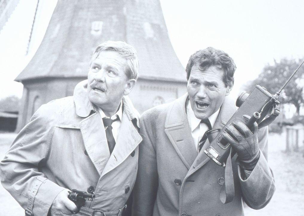Inspektor Bratt (Harald Leipnitz, r.) und Cunning (Kurt Waitzmann, l.) sind einem Mörder auf der Spur, der als Mönch verkleidet auf dem Schlossgelän... - Bildquelle: Constantin Film