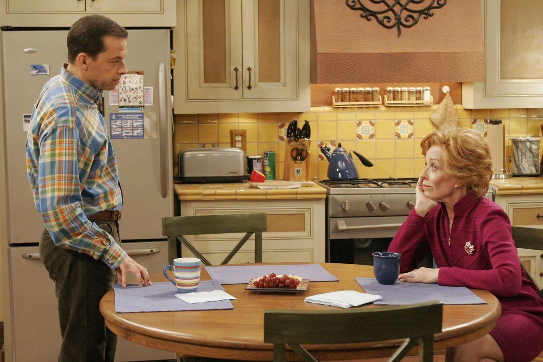 Spekulieren darüber, ob Charlie wirklich Chucks Vater ist: Evelyn (Holland Taylor, r.) und Alan (Jon Cryer, l.) ... - Bildquelle: Warner Brothers Entertainment Inc.