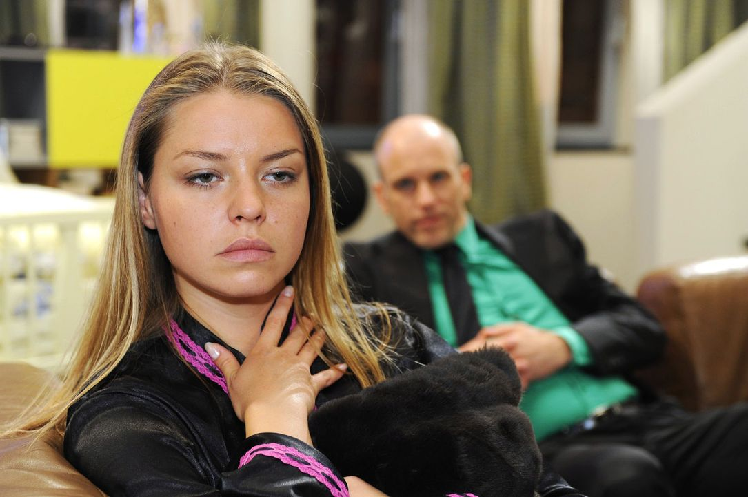 Katja (Karolina Lodyga, l.) leidet unter der Tatsache, dass sie von Gerrit (Lars Löllmann, r.) schwanger ist. - Bildquelle: Oliver Ziebe Sat.1