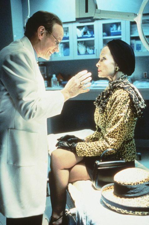 Dr. George (Matt Frewer, l.) untersucht in seiner Schönheitsklinik die Patientin Harriet Davinci (Sherry O'Keefe, r.) und versucht ihr ein erneutes... - Bildquelle: 20th Century Fox Film Corporation