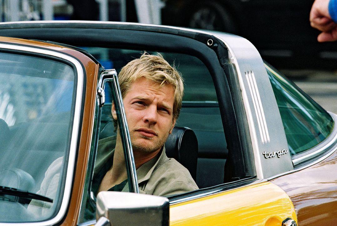 Leo (Henning Baum) holt seine Kollegin Nina ab. Sie hat ein für alle Mal genug von ihrem Lover Werner ... - Bildquelle: Christian A. Rieger Sat.1