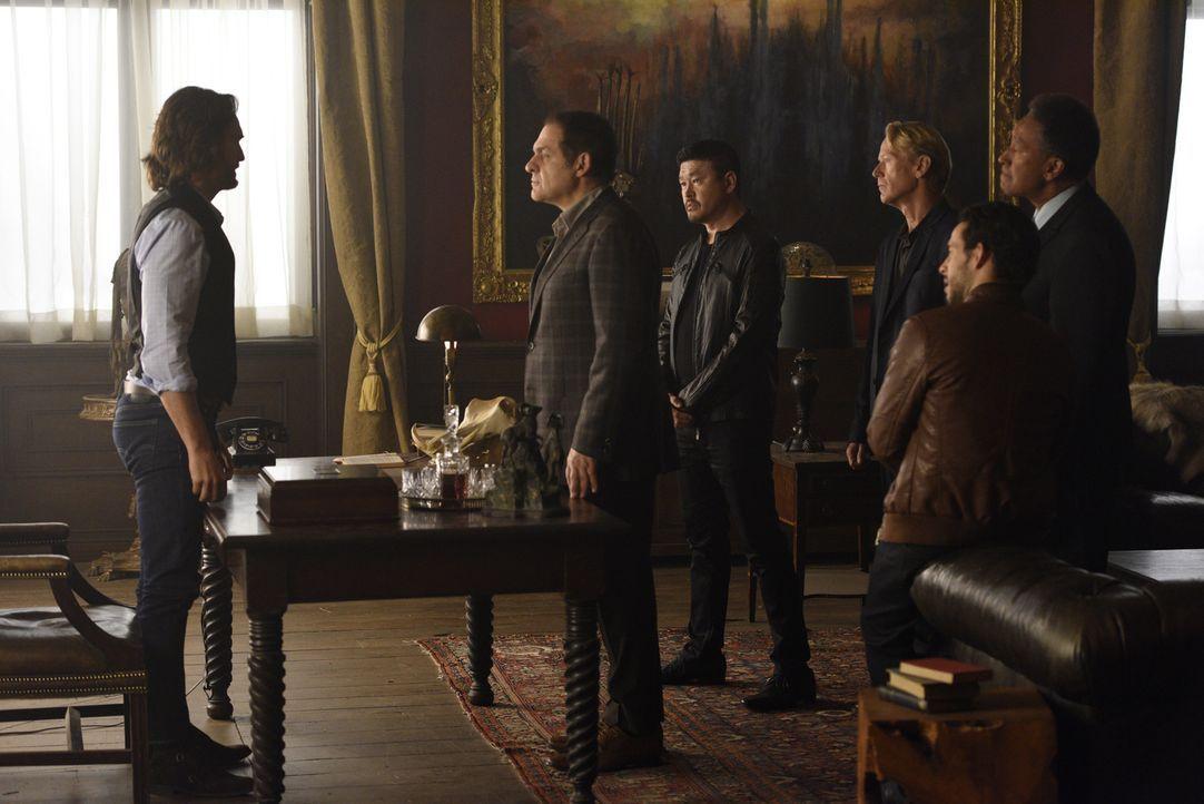 Als der Rat der Alphas bei Jeremy (Greg Bryk, l.) auftaucht, kann das nichts Gutes bedeuten: Roman Navikev (Daniel Kash, 2.v.l.), der koreanische Al... - Bildquelle: 2015 She-Wolf Season 2 Productions Inc.