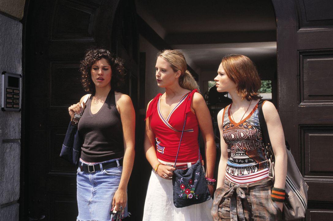Die drei Studentinnen Inken (Diana Ampft, M.), Lena (Karoline Herfurth, r.) und Lucy (Jasmin Gerat, l.) sind vor allem mit der Wohnungs- und Partner... - Bildquelle: Constantin