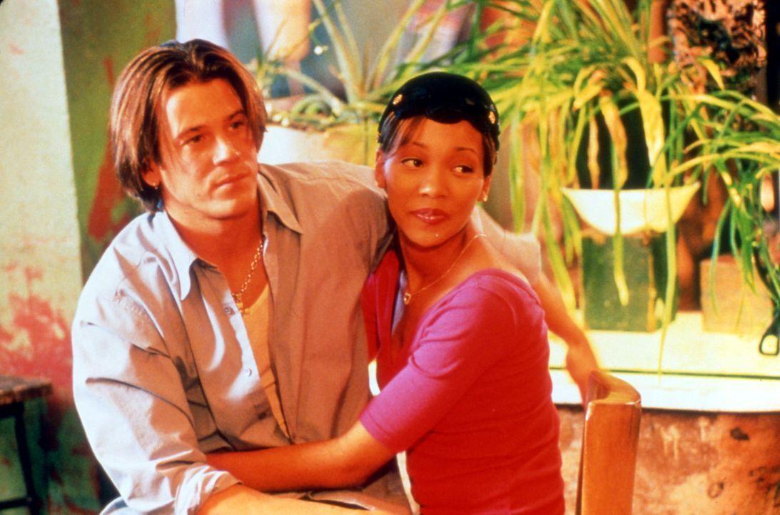 Camille (Monica Arnold, r.) und Billys (Christian Kane, l.) beginnen gemeinsam zu singen, und aus Freundschaft wird Liebe - zum Entsetzen von Camill... - Bildquelle: TM &   2003 Paramount Pictures Corporation