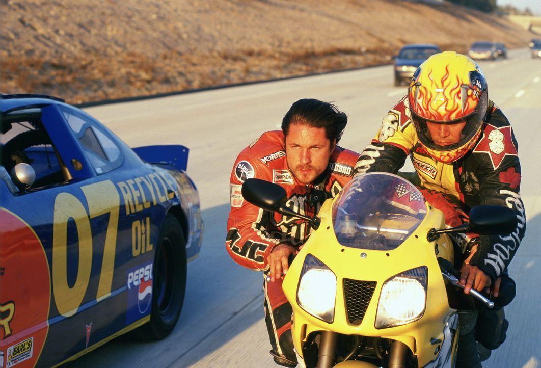 Dalton (Jay Hernandez, r.) und Ford (Martin Henderson, l.) fahren in halsbrecherischem Tempo durch die Wüste. - Bildquelle: Warner Bros. Pictures