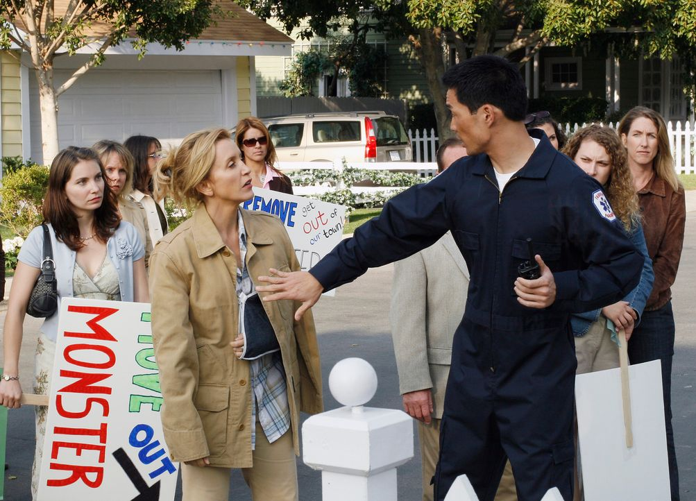 Lynette (Felicity Huffman, 2.v.l.) betrachtet mit Sorge, wie die Bewohner der Wisteria Lane einen Protestmarsch gegen Art arrangiert haben ... - Bildquelle: 2005 Touchstone Television  All Rights Reserved