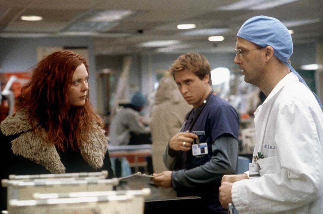Malucci (Erik Palladino, M.) ist überrascht, als Greene (Anthony Edwards) Spritzen an Junkies verteilt. - Bildquelle: TM+  2000 WARNER BROS.