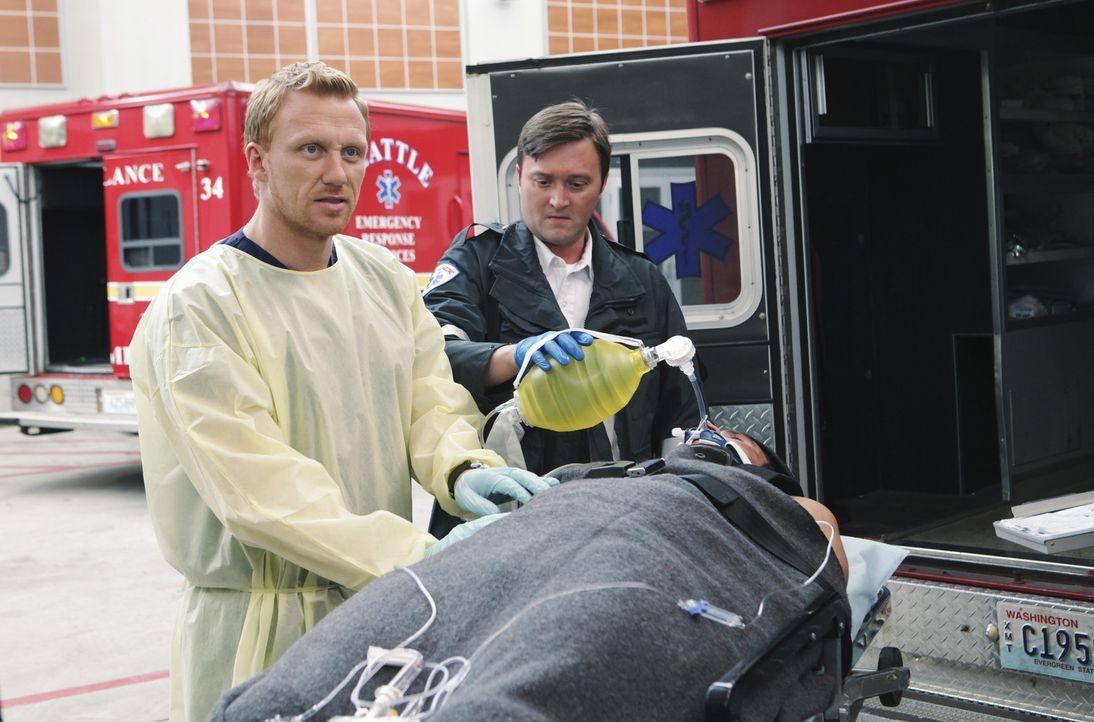 Während Mark immer nur am Lexie denken kann, versuchen Owen (Kevin McKidd, l.) und Meredith gemeinsam, einen jungen Mann zu retten, der bei einer B... - Bildquelle: ABC Studios