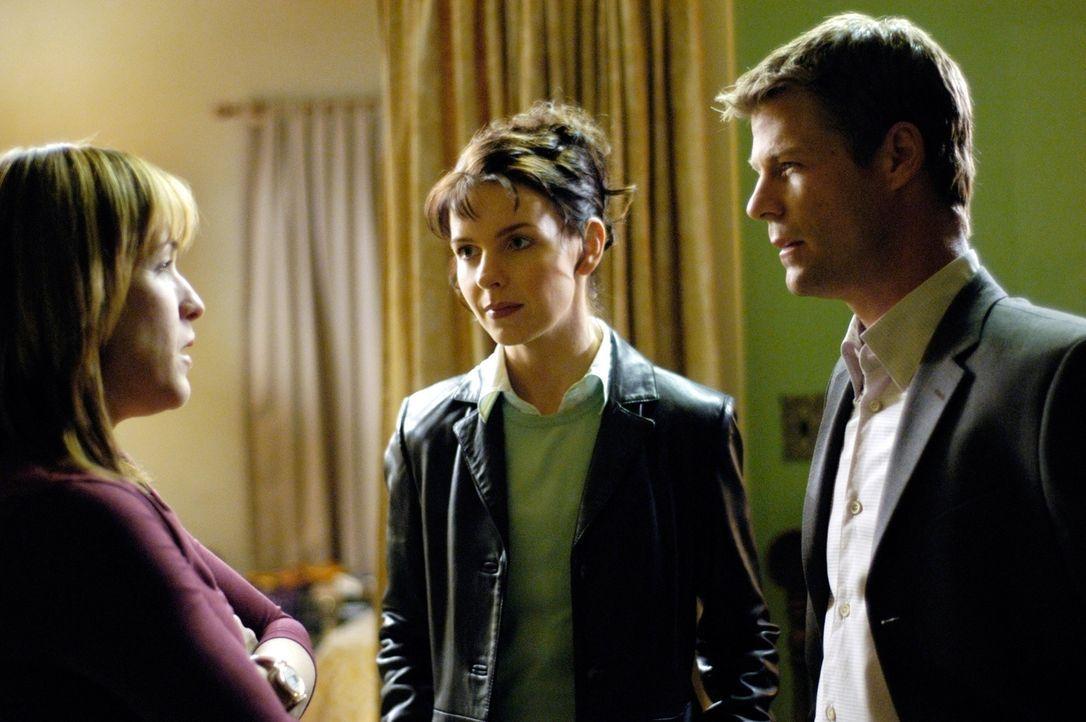 Tom (Joel Gretsch, r.) und Diana (Jacqueline McKenzie, M.) befragen Grace Morrissey (Kathleen Wilhoite, l.), die Ehefrau von Carl, um hinter das Rät... - Bildquelle: Viacom Productions Inc.