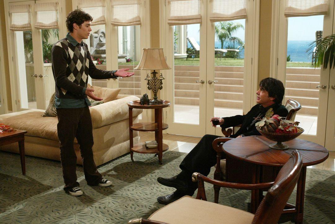 Seth (Adam Brody, l.) steckt in der Zwickmühle und bittet deshalb seinen Vater (Peter Gallagher, r.) um Rat ... - Bildquelle: Warner Bros. Television