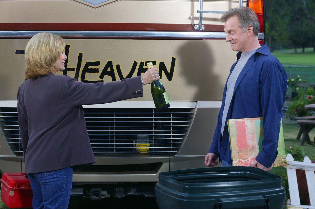 Zusammen mit einem Teil ihrer Familie wollen Eric (Stephen Collins, r.) und Annie (Catherine Hicks, l.) das neue Wohnmobil einweihen ... - Bildquelle: The WB Television Network