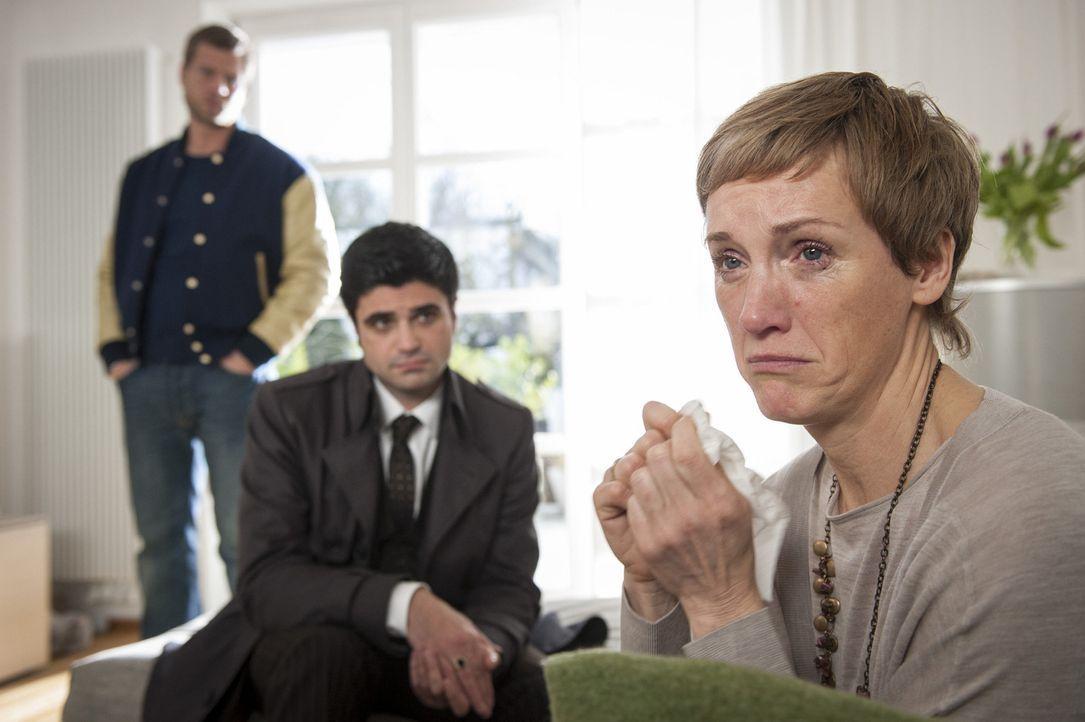 Müssen Marion Schill (Theresa Berlage, r.) beibringen, dass ihr Mann ermordet wurde: Mick (Henning Baum, l.) und Andreas (Maximilian Grill, M.) ... - Bildquelle: Martin Rottenkolber SAT.1