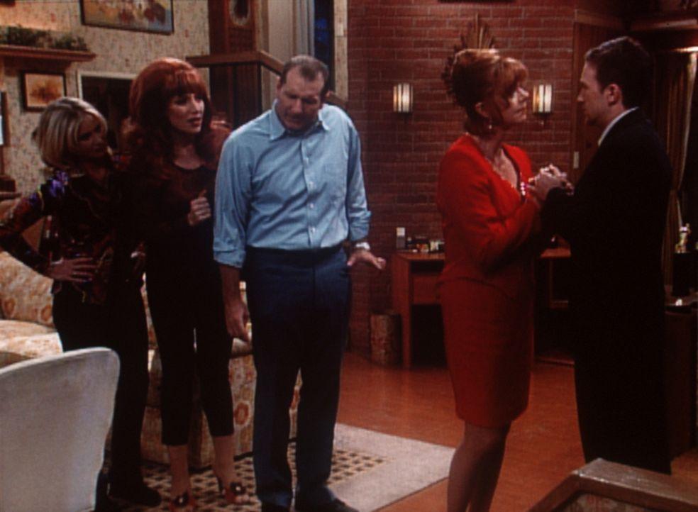 Familiendrama bei den Bundys: Wird Bud (David Faustino, r.) eine Frau, Gary (Janet Carroll, 2.v.r.), heiraten, die seine Großmutter sein könnte? Kel... - Bildquelle: Sony Pictures Television International. All Rights Reserved.