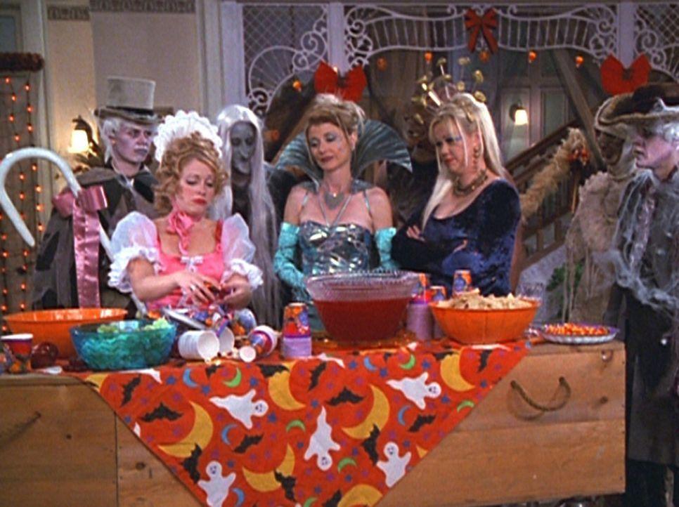 Zelda (Beth Broderick, 3.v.r.) und Hilda (Caroline Rhea, 2.v.r.) verdonnern Sabrina (Melissa Joan Hart, 2.v.l.) dazu, das Chaos, das ihre Partygäst... - Bildquelle: Paramount Pictures